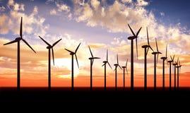 ferme au-dessus de vent de turbine de coucher du soleil Image stock