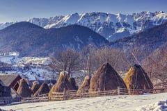 Ferme avec des meules de foin en hiver Images libres de droits
