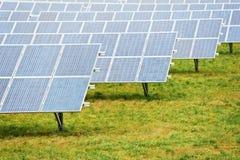 Ferme d'énergie d'écologie avec le gisement de batterie de panneau solaire Image libre de droits