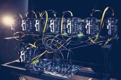Ferme d'exploitation de Cryptocurrency extraction de bitcoin et d'altcoins mineur asic Photographie stock libre de droits