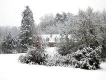 Ferme dans la neige Photos stock