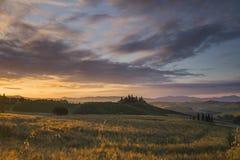 Ferme de belvédère en d'Orcia de San Quirico pendant le lever de soleil Photographie stock libre de droits