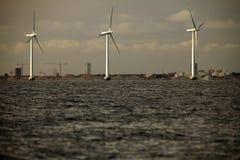 Ferme de groupe électrogène de turbines de vent en mer Photos stock