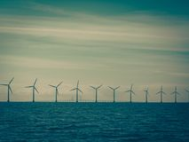 Ferme de groupe électrogène de turbines de vent le long de mer de côte Photo libre de droits