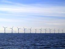 Ferme de groupe électrogène de turbines de vent en mer Photographie stock