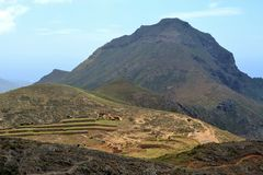 Ferme de montagne devant Roque del Conde images libres de droits
