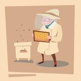 Ferme de Senior Woman Gather Honey From Bee Hive Apiary d'agriculteur Photographie stock libre de droits