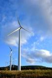 Ferme de turbine de vent avec des turbines de moulin à vent   Image stock