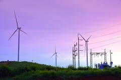 Ferme de turbine de vent avec la centrale de ligne électrique et pendant le beautif Photos libres de droits