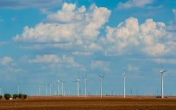 Ferme de turbine de vent dans Texas Cumulus Clouds Building occidental le beau jour d'été Images stock