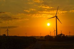 Ferme de turbine de vent au coucher du soleil Photo stock