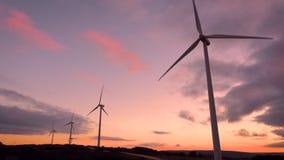 Ferme de turbine de vent sur le beau paysage pourpre de montagne de coucher du soleil Production énergétique écologique renouvela clips vidéos