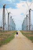 Ferme de turbines de vent et personne de marche Photographie stock