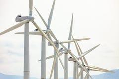 Ferme dramatique de turbine de vent dans le désert de la Californie image stock