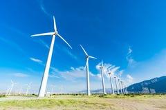 Ferme dramatique de turbine de vent dans le désert de la Californie image libre de droits