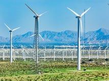 Ferme dramatique de turbine de vent dans le désert de la Californie photographie stock libre de droits