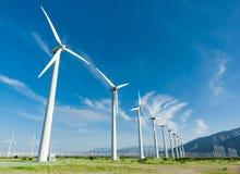 Ferme dramatique de turbine de vent dans le désert de la Californie images libres de droits