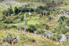Ferme irlandaise rurale à distance en montagnes Image libre de droits