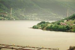 Ferme norvégienne d'élevage de poissons sur l'eau Photos stock