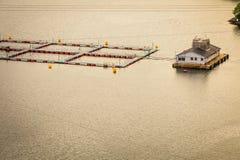 Ferme norvégienne d'élevage de poissons sur l'eau Images stock