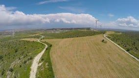 Ferme paisible de moulin à vent située sur le pré assurant l'énergie renouvelable aux villes clips vidéos