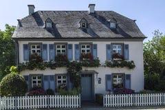 Ferme romantique dans un des villages le long du bassin fluvial de la Moselle Images stock