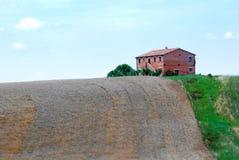 Ferme rouge en Italie Photographie stock libre de droits