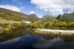 Ferme rurale irlandaise par la rivière Photographie stock