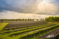 Ferme solaire de large échelle avec les antennes paraboliques sous dramatique Image libre de droits