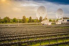 Ferme solaire de large échelle avec les antennes paraboliques sous dramatique Image stock