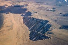 Ferme solaire de lumière du soleil de désert et vue aérienne de panneaux photos stock