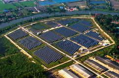 Ferme solaire, panneaux solaires de l'air images libres de droits