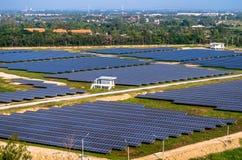 Ferme solaire, panneaux solaires de l'air photo stock