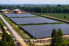 Ferme solaire, panneaux solaires de l'air images stock