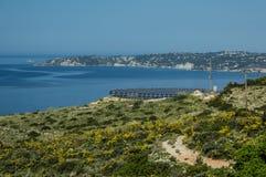 Ferme solaire sur une colline sur l'île de Kefalonia Photographie stock