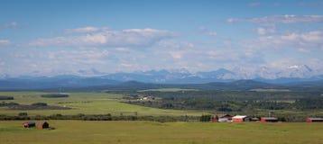 Ferme sur les collines dans Alberta Images stock