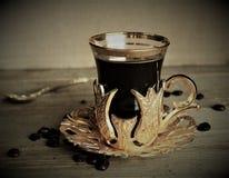 Fermentação escura do café do assado no copo turco fotos de stock