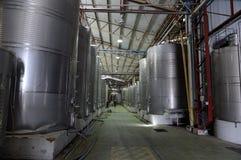 Fermentation dans des cuves d'acier inoxydable pour le vin à l'établissement vinicole Santa Rita images stock