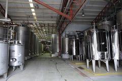 Fermentation dans des cuves d'acier inoxydable pour le vin à l'établissement vinicole Santa Rita photographie stock libre de droits