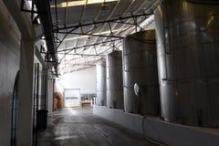Fermentation dans des cuves d'acier inoxydable pour le vin à l'établissement vinicole Santa Rita images libres de droits