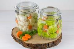 Fermented сохранило вегетарианскую концепцию еды зеленые опарникы цветной капусты или брокколи кислые стеклянные на белой предпос стоковые изображения rf