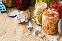 Fermented ha conservato le verdure in barattolo sulla tavola di legno immagine stock libera da diritti