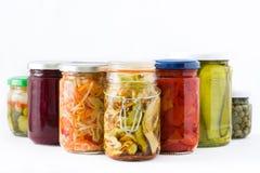 Fermented preservó verduras en el tarro aislado en el fondo blanco Foto de archivo libre de regalías