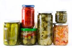Fermented preservó verduras en el tarro aislado en el fondo blanco Imagen de archivo
