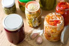 Fermented preservou vegetais no frasco na tabela de madeira Imagem de Stock Royalty Free