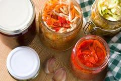 Fermented preservou vegetais no frasco na tabela de madeira Imagem de Stock