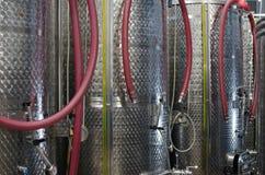 Fermenteurs d'acier inoxydable dans un établissement vinicole Image libre de droits