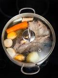 Fermentez du bouillon de boeuf avec des légumes d'assaisonnement images stock
