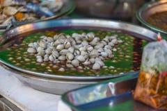 Fermentez la coque sur la nourriture de rue de Yaowarat, Thaïlande photos stock