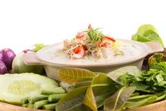Fermentez le crabe mou bouilli en lait de noix de coco avec les légumes frais, T photo libre de droits